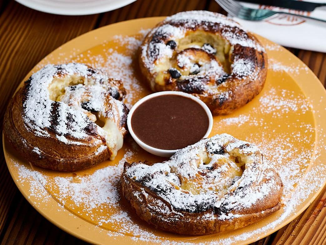 тотоны с заварным кремом и шоколадным соусом в ресторане Веранда