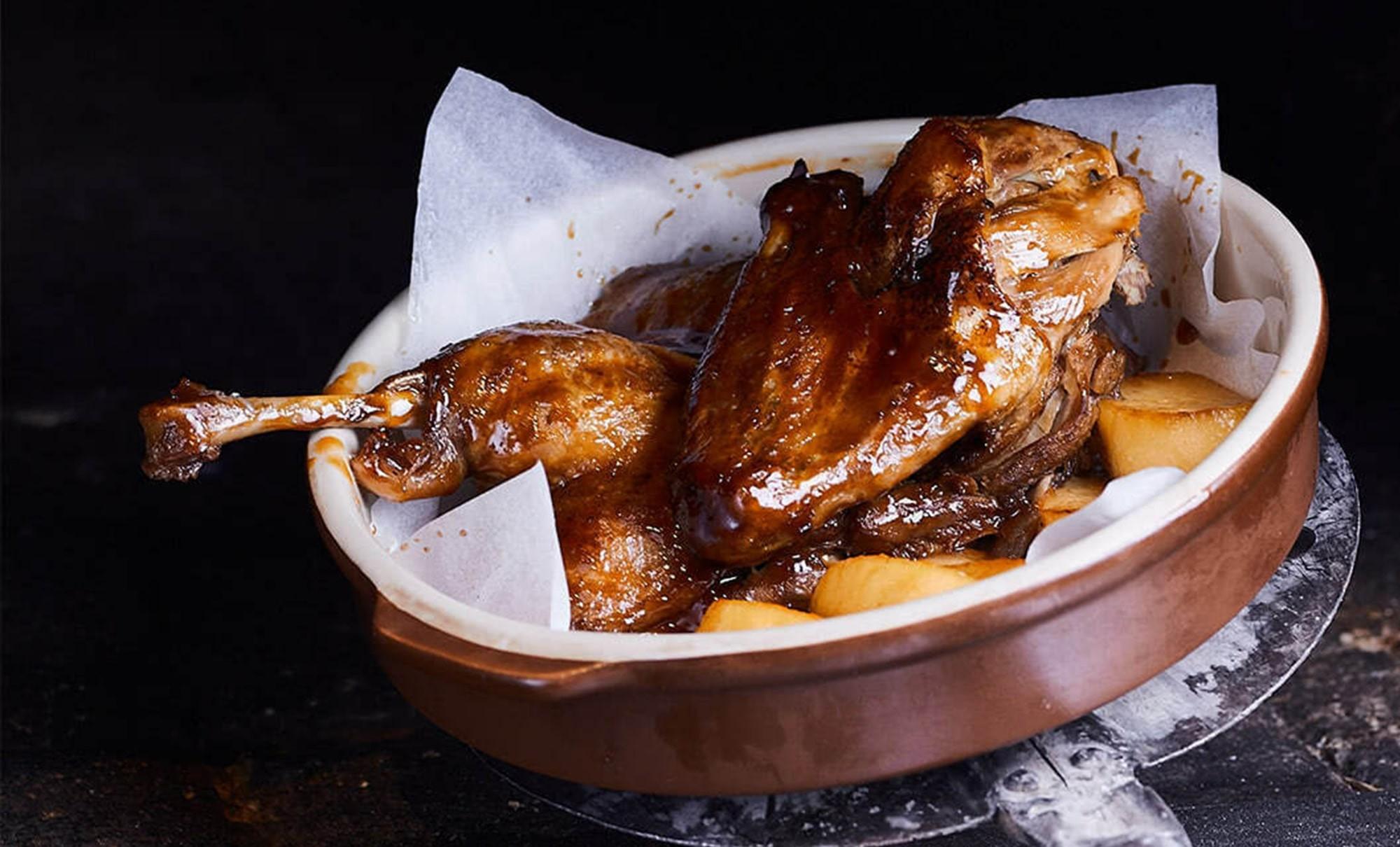 томленая фермерская утка с медовыми яблоками в ресторане Веранда