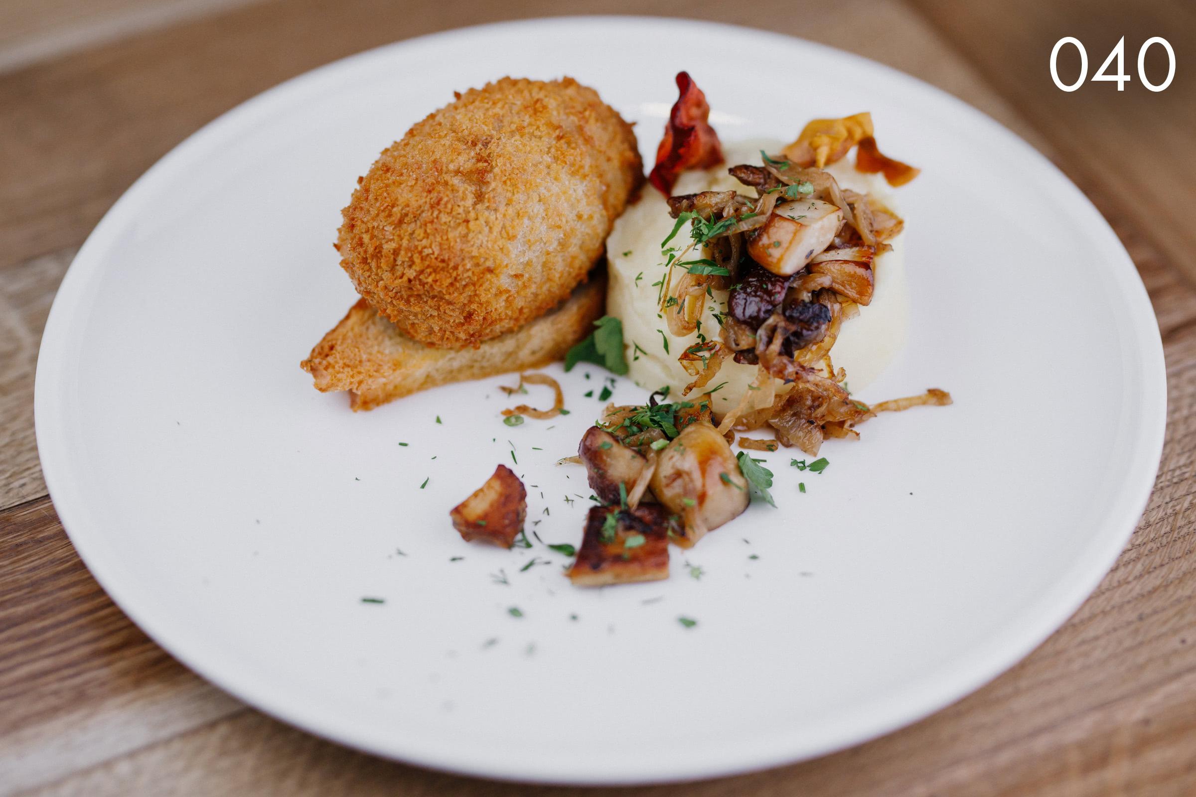 котлета по-киевски из индейки, с картофельным пюре и лесными грибами в ресторане Веранда