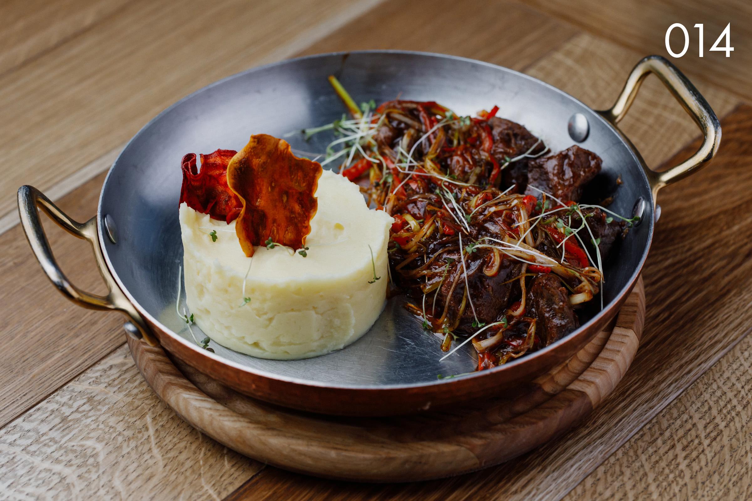 телячьи щечки с овощами в пикантном соусе в ресторане Веранда