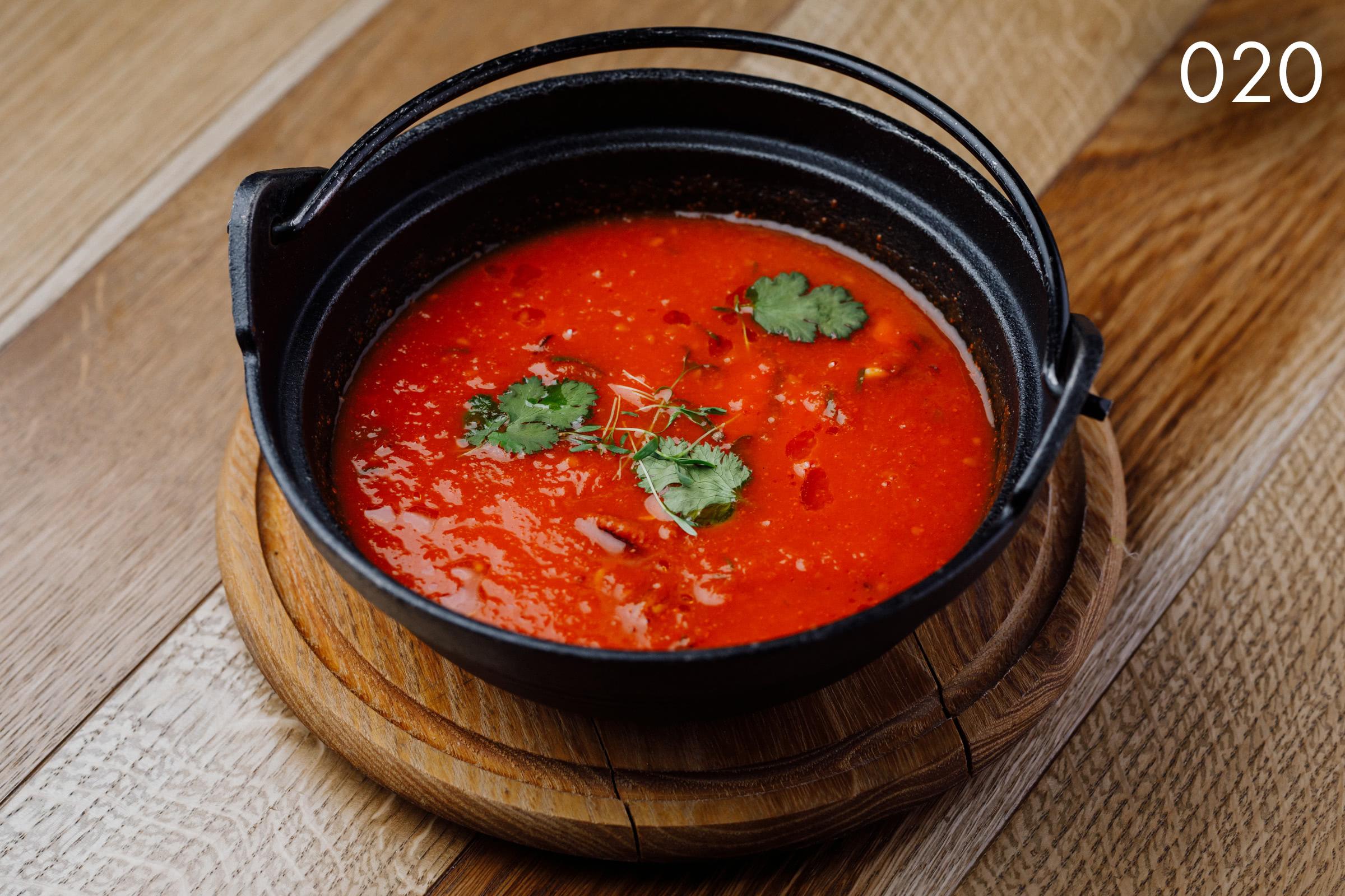 суп томатный с чили, лососем и кальмаром в ресторане Веранда