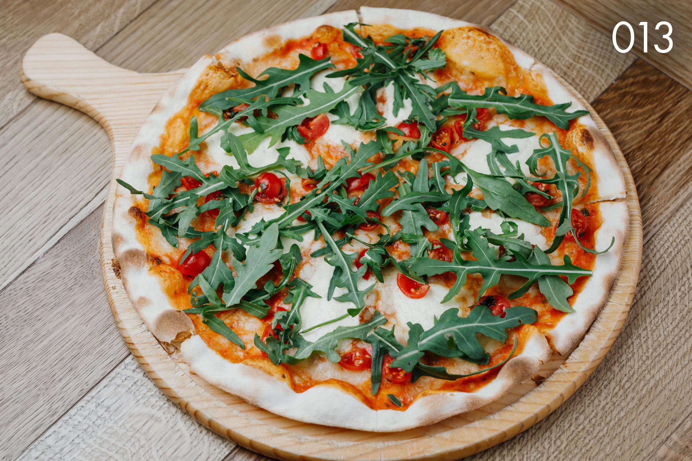 тосканская пицца буффалино с томатами черри и рукколой в ресторане Веранда