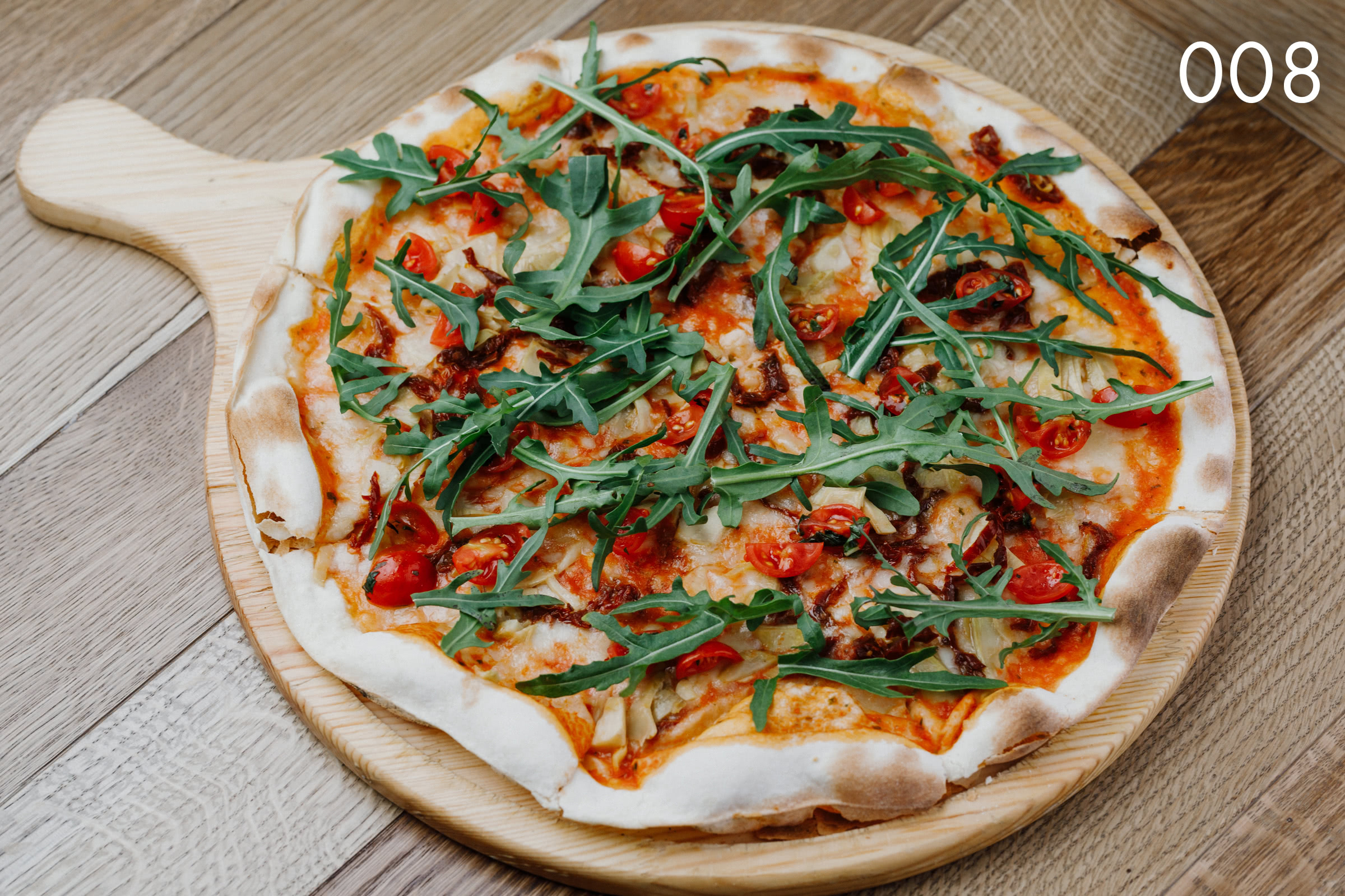 тосканская пицца с артишоками и вялеными томатами в ресторане Веранда