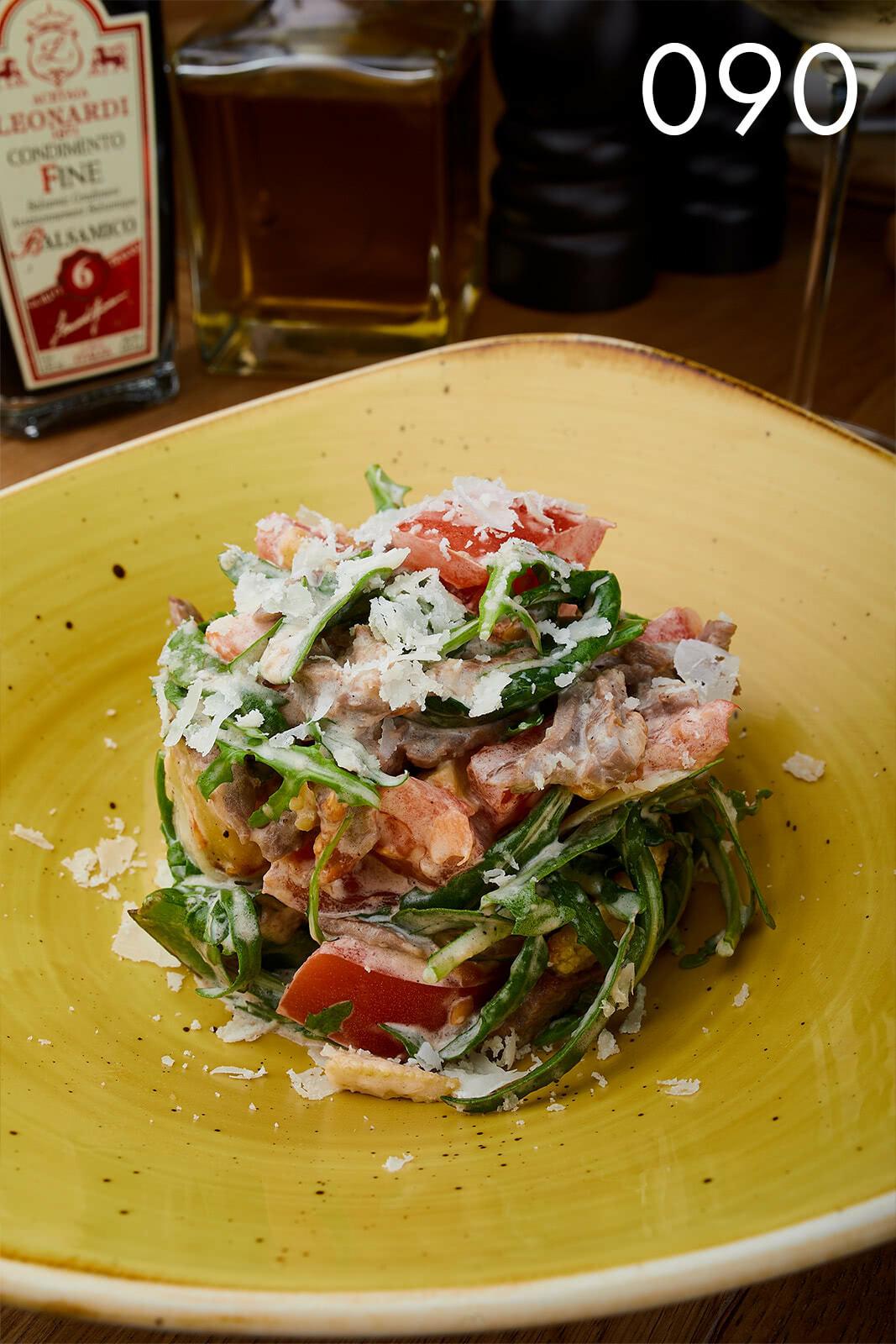 салат с теплой телятиной и беби-овощами в луковом соусе в ресторане Веранда