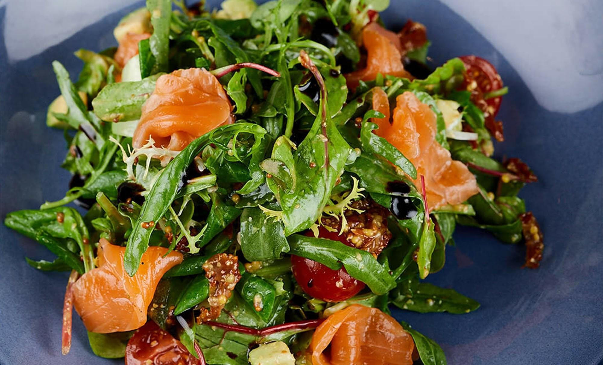 салат со слабосоленым лососем, авокадо и вялеными томатами в ресторане Веранда