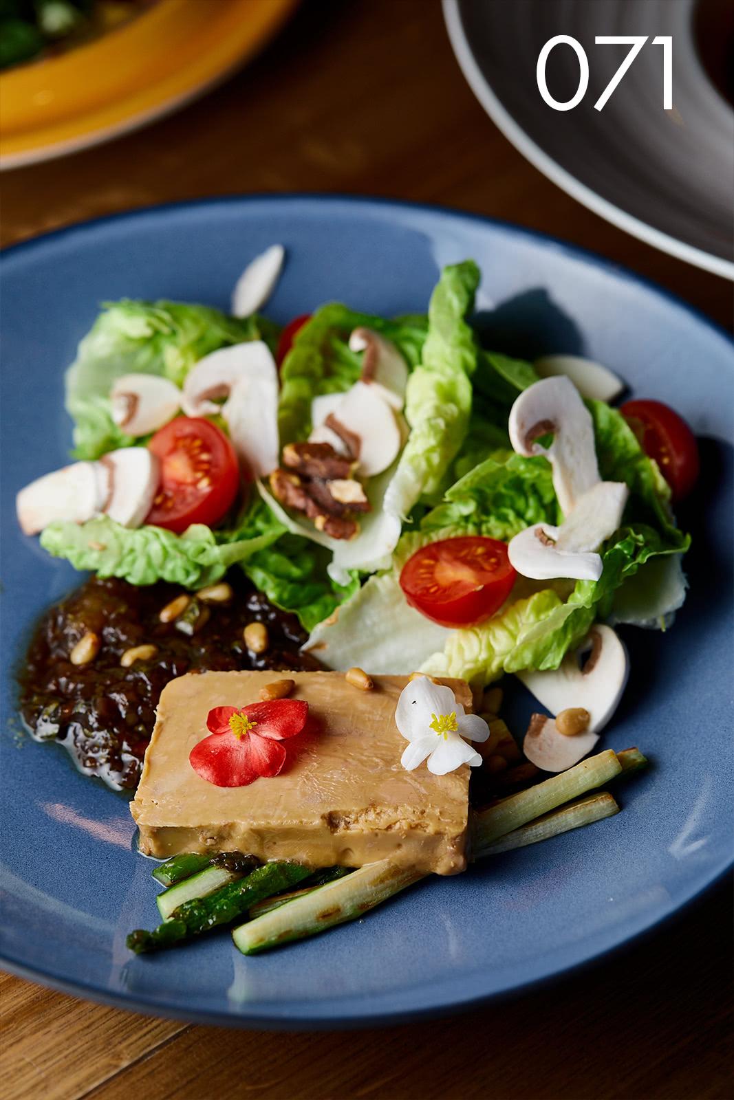 террин из фуа-гра с кедровыми орехами и инжиром на салате ромэн со спаржей и грибами в ресторане Веранда