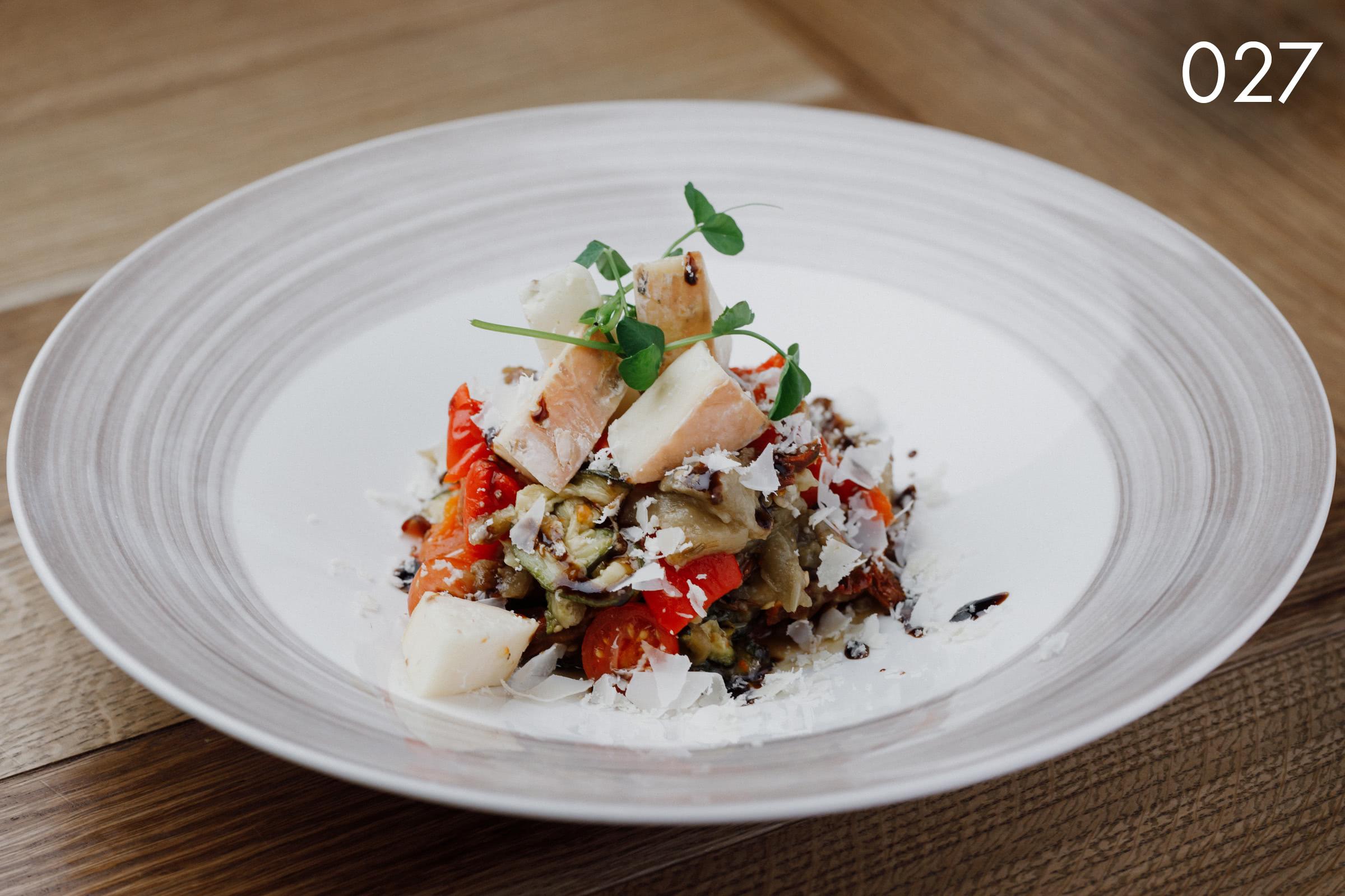 салат из запеченных на мангале овощей с сыром таледжио (теплый) в ресторане Веранда