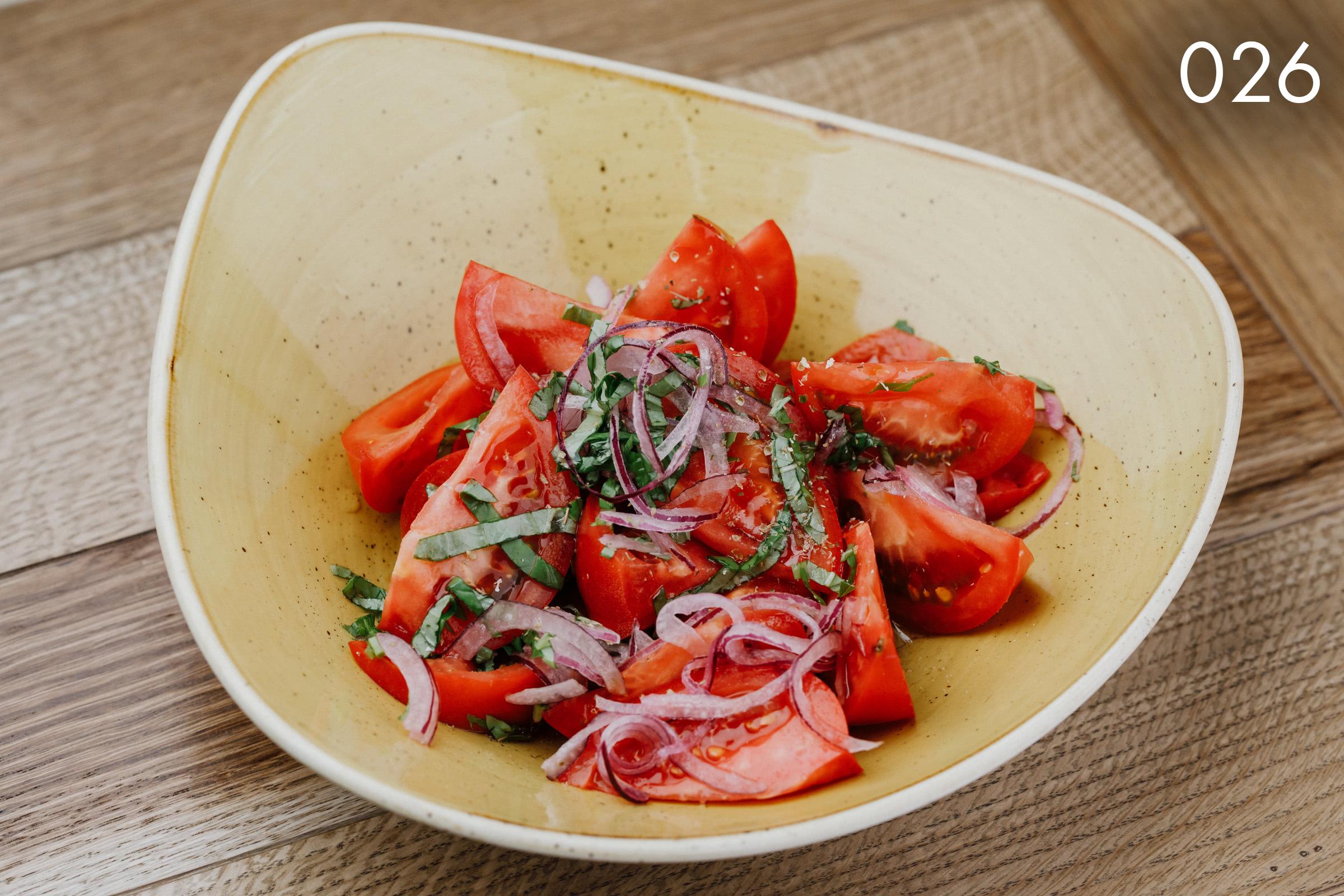 салат из узбекских томатов с базиликом, крымским луком, и домашним маслом в ресторане Веранда