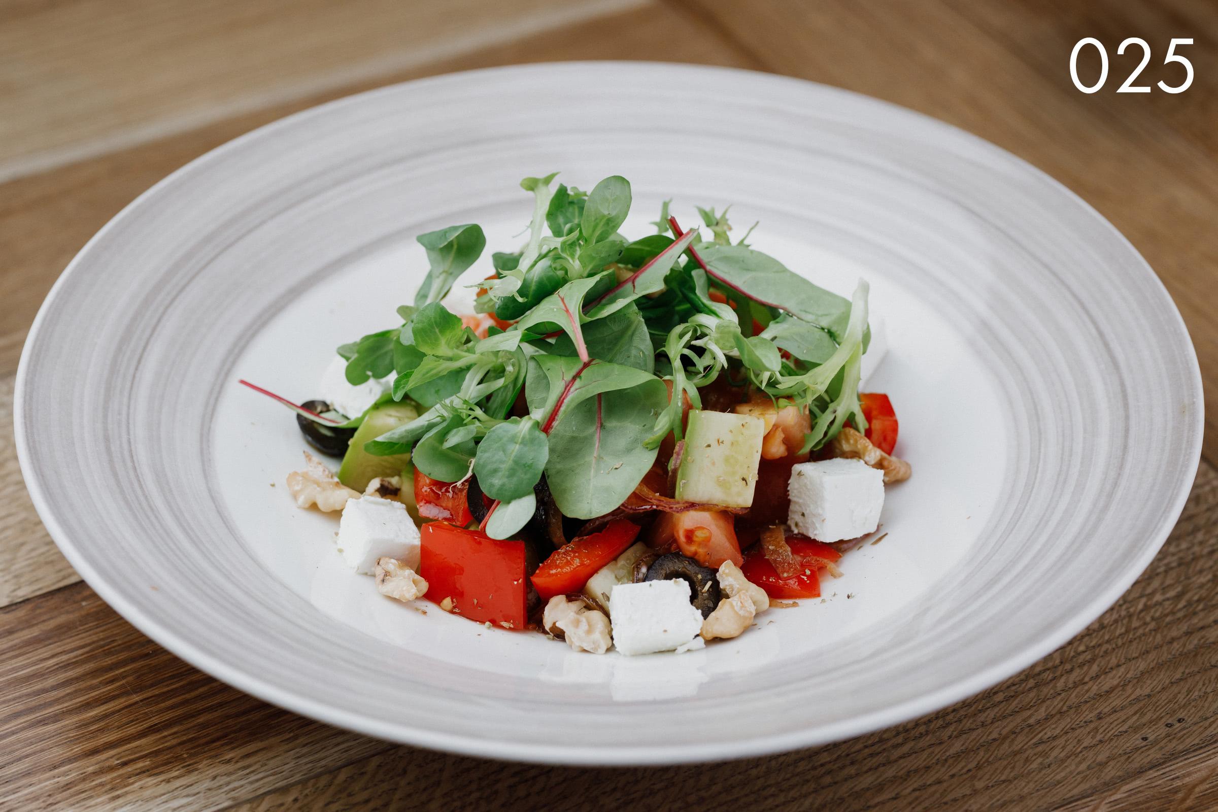 салат овощной с сыром фета и грецким орехом в ресторане Веранда