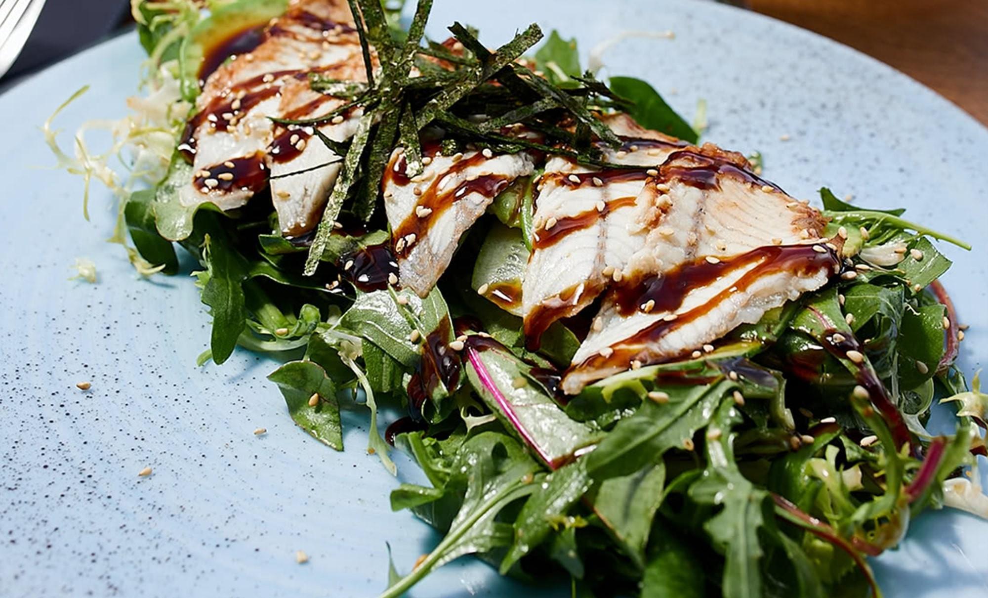 азиатский салат с угрем и авокадо с ореховым соусом в ресторане Веранда