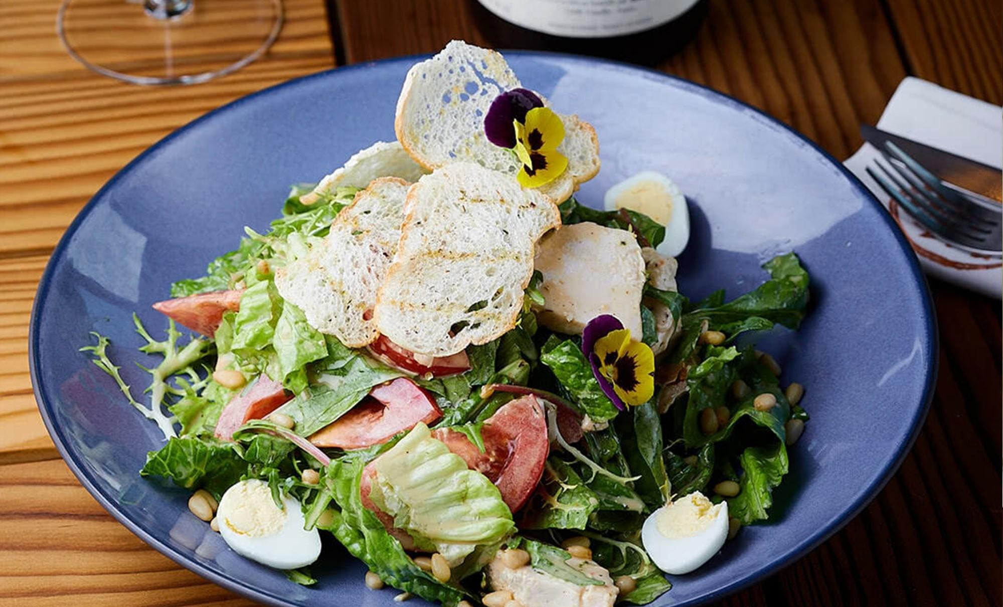 салат veranda с фермерским эко-цыпленком из тандыра в ресторане Веранда