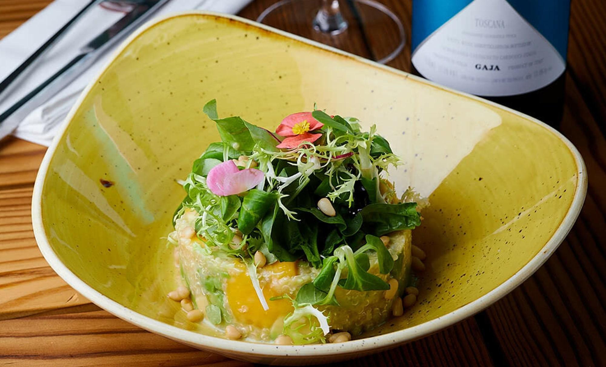 салат с авокадо, манго и киноа в ресторане Веранда