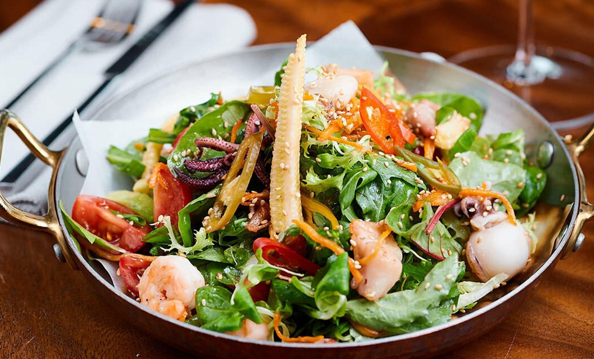 салат с морепродуктами и кукурузными початками в ресторане Веранда