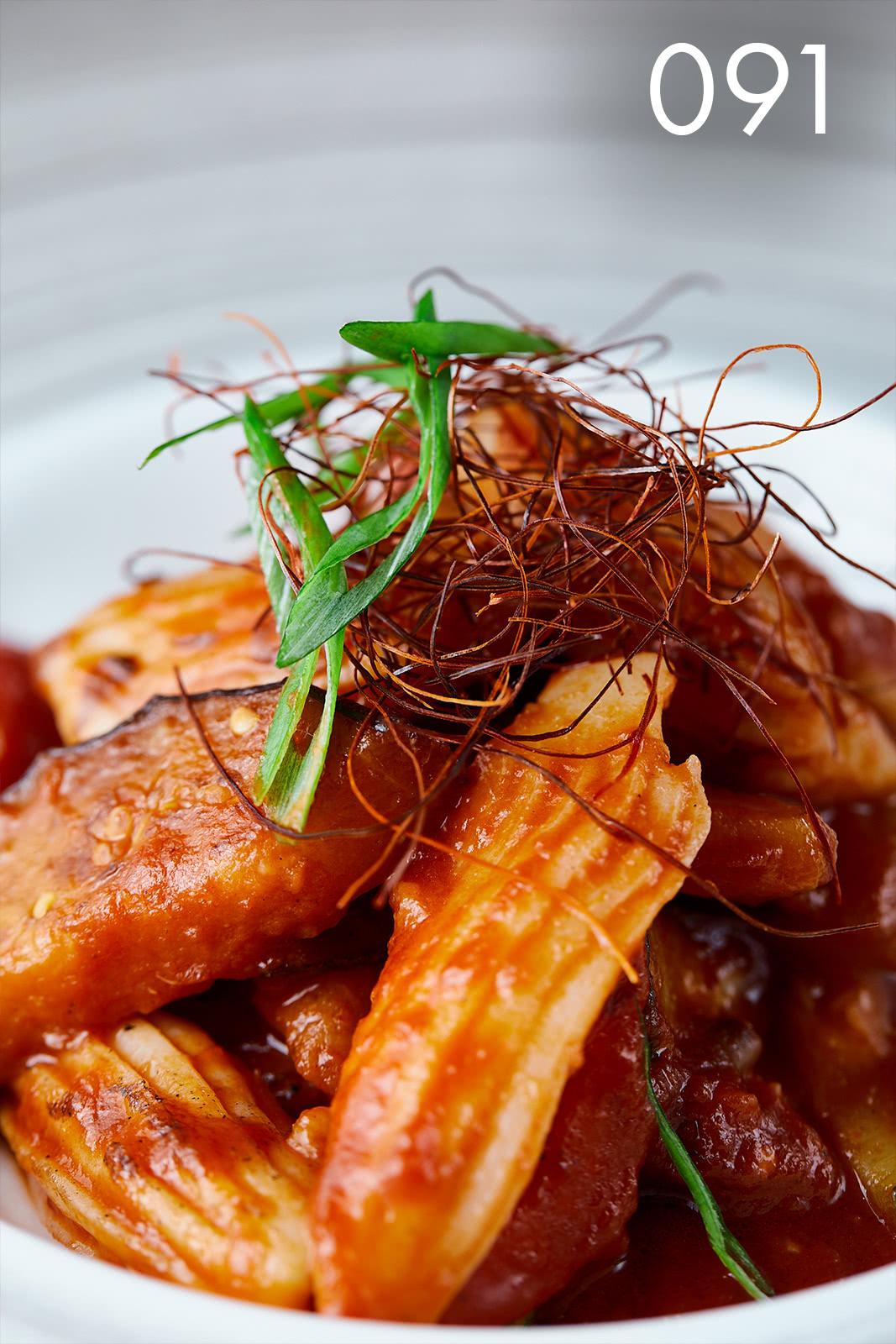 салат с овощами гриль и суши кальмаром в ресторане Веранда
