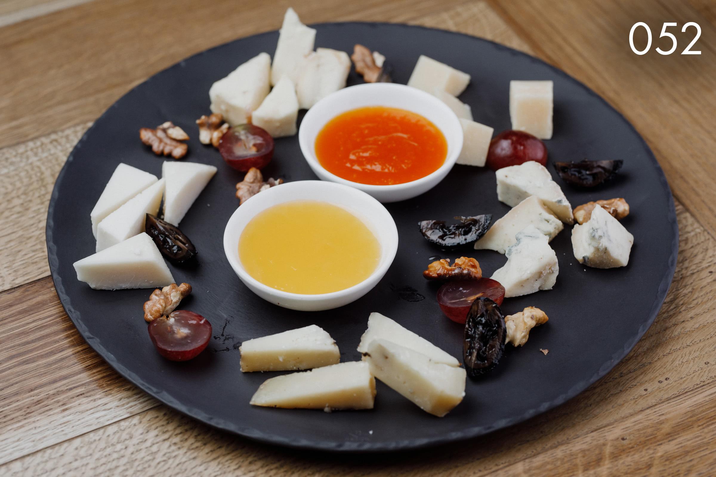 ассорти итальянских сыров с тыквенным джемом в ресторане Веранда