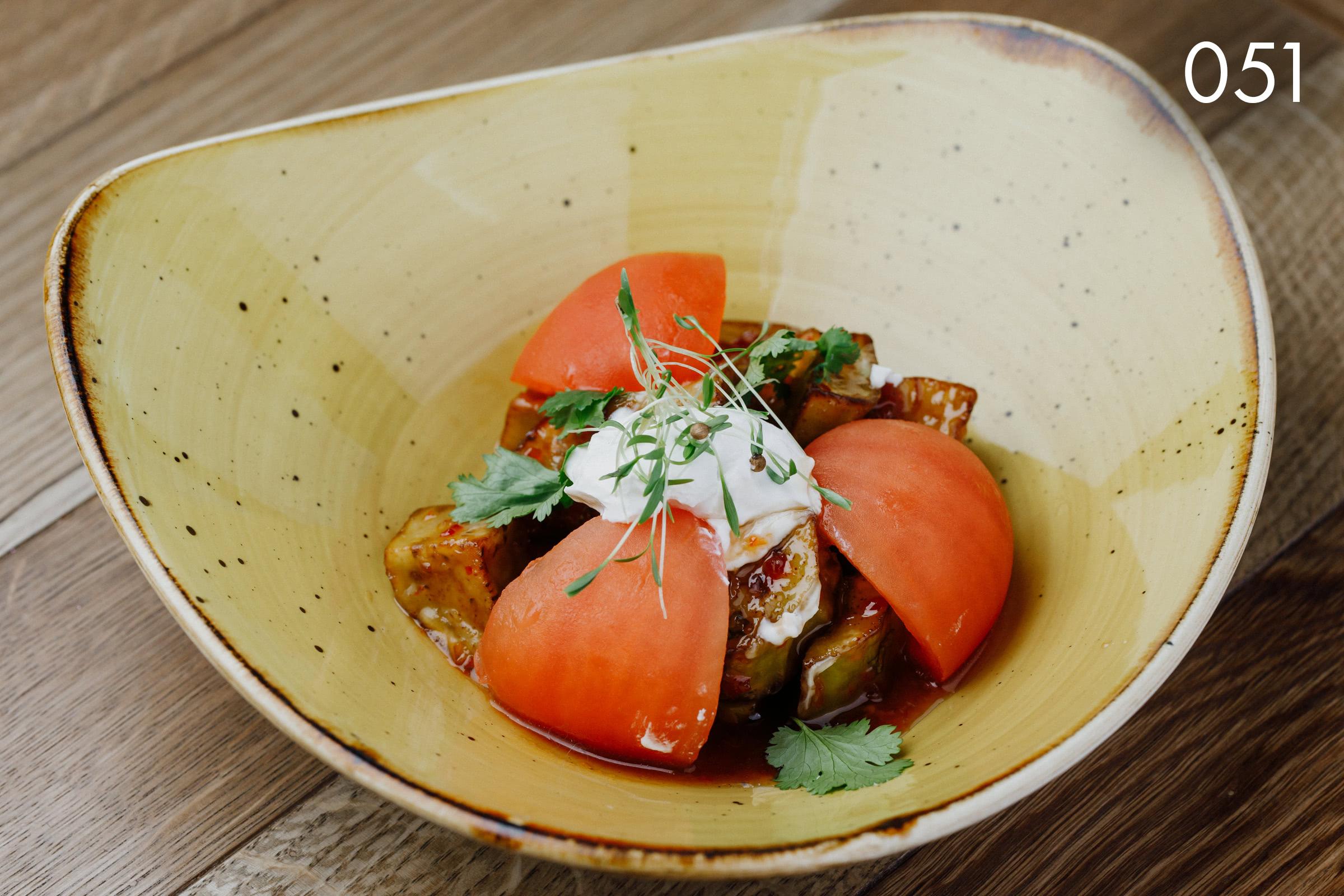 баклажан карамелизированный с козьим сыром темпура в кисло-сладком соусе шисо в ресторане Веранда