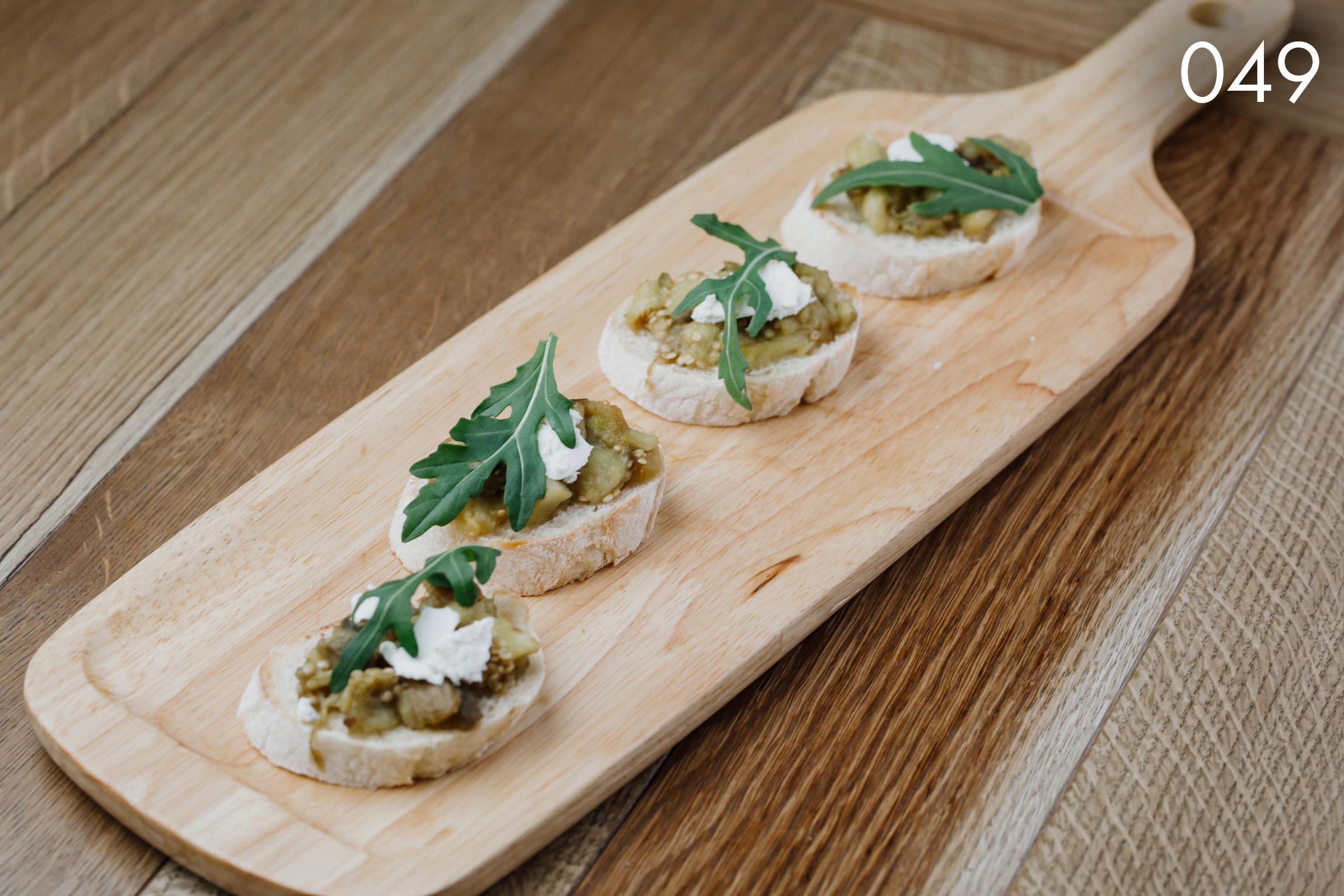 брускетты с сыром фета, печеным баклажаном и маслом кукурузного зародыша в ресторане Веранда