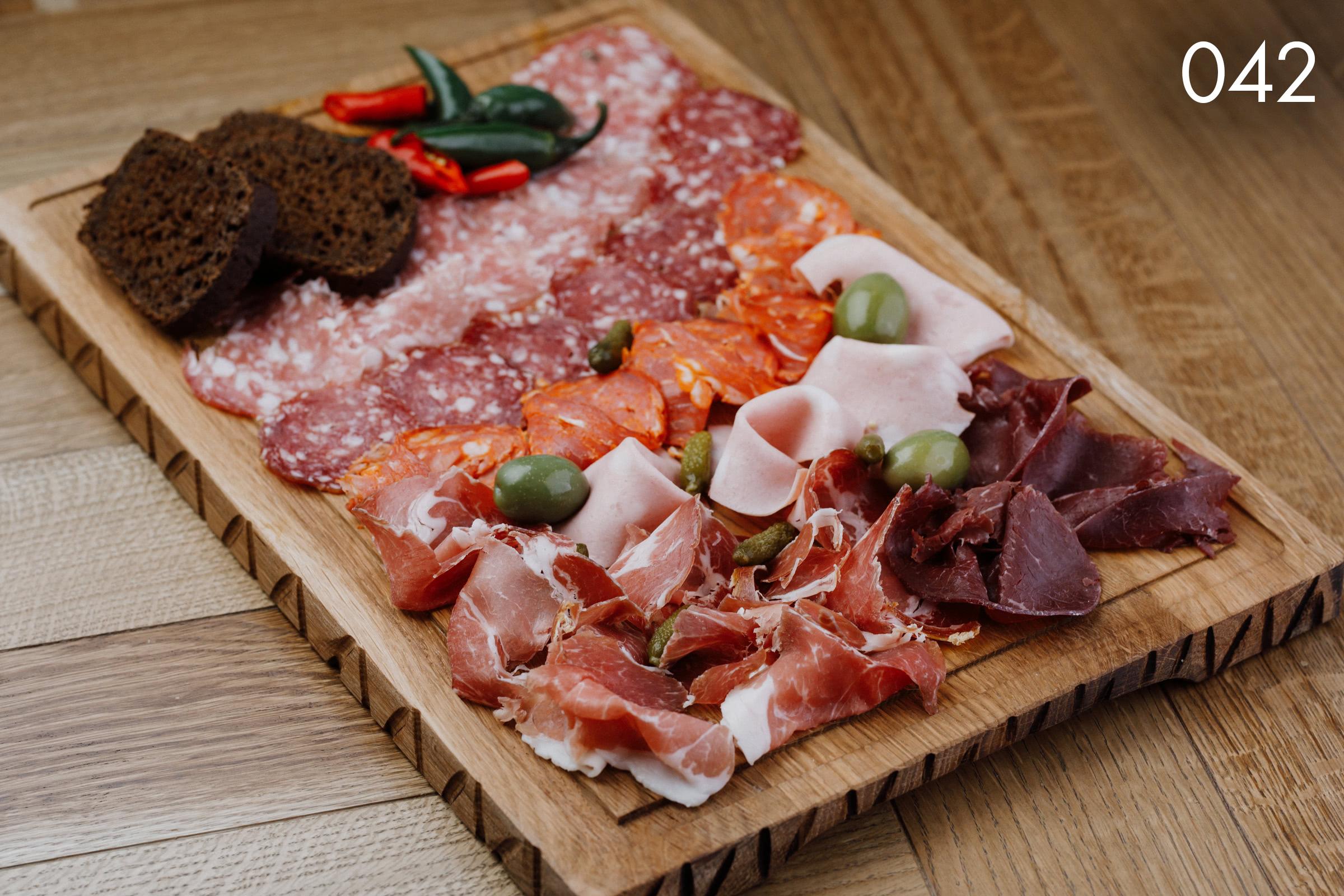 изысканная мясная итальянская гастрономия с лигурскими оливками в ресторане Веранда