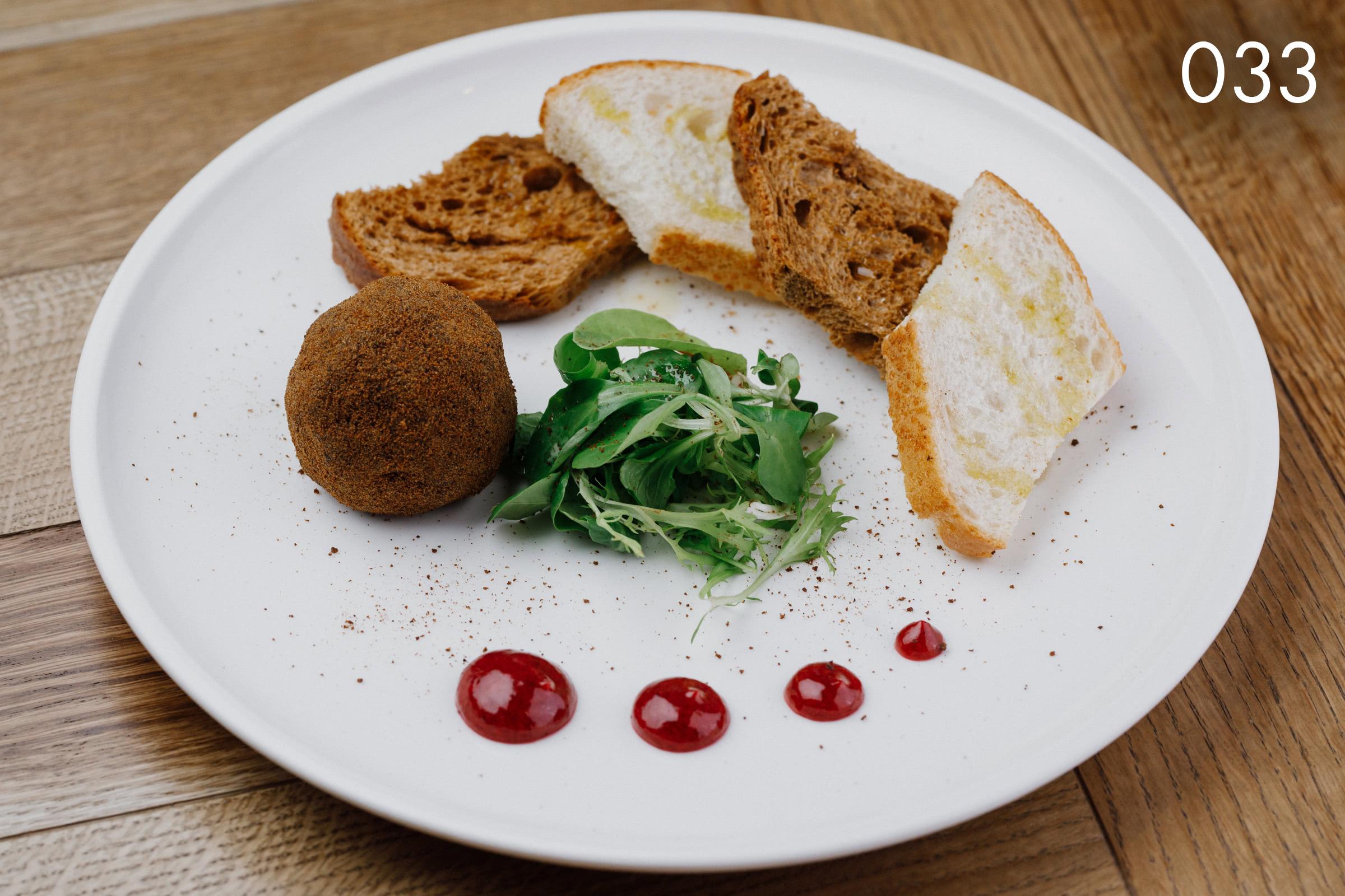 нежный паштет из печени домашнего цыпленка с брусничным соусом в ресторане Веранда