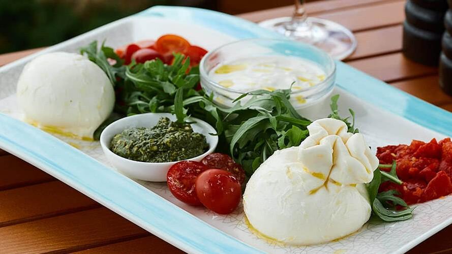 ассорти эко-сыров собственного приготовления (буррата, буффало, страчателла) в ресторане Веранда