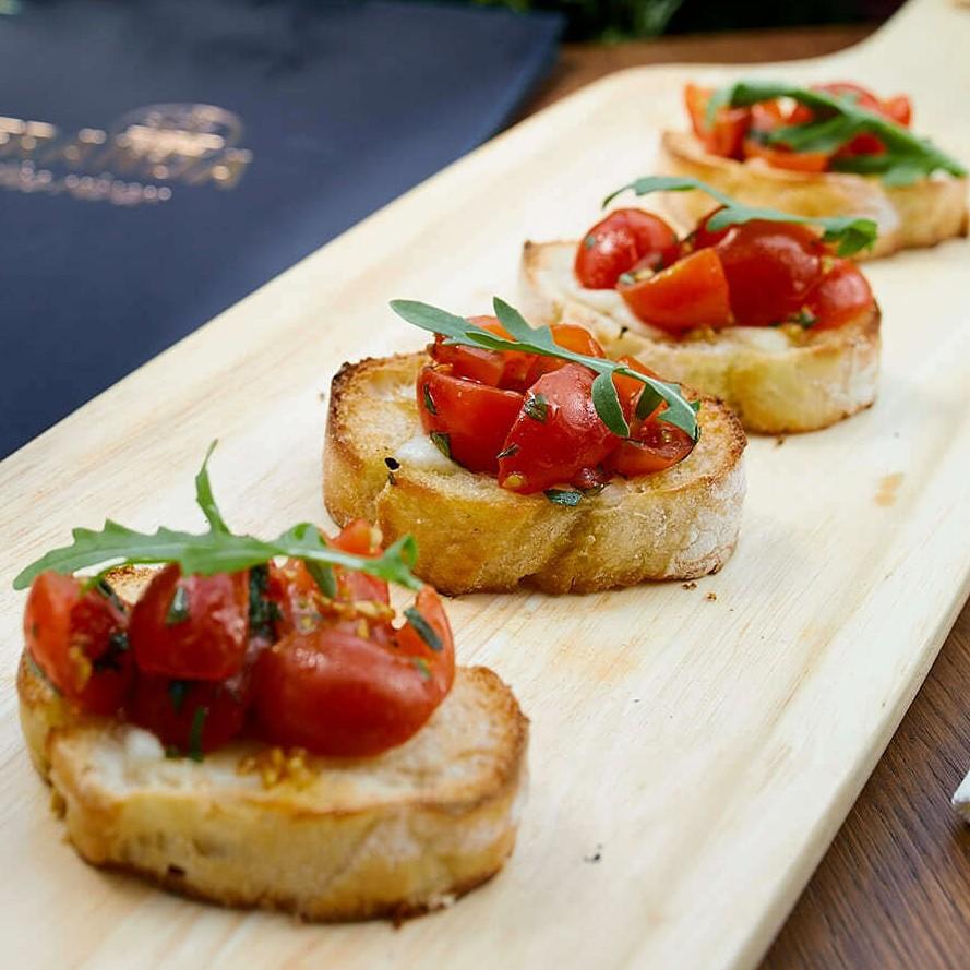 брускетты с томатами и базиликом в ресторане Веранда