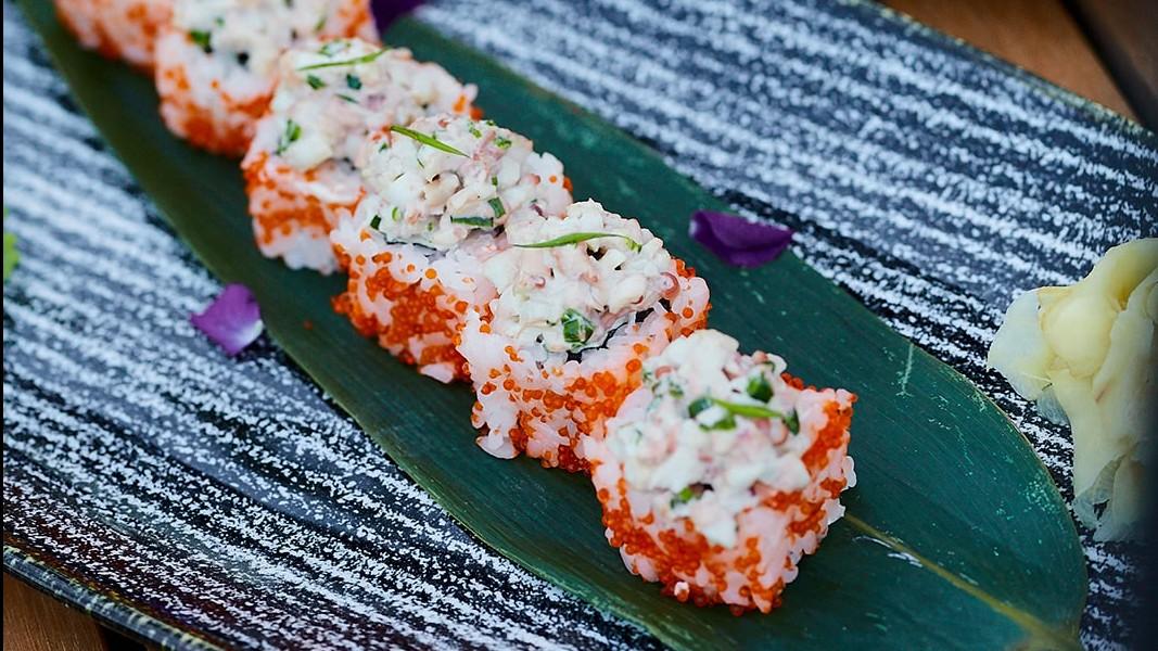ролл с осьминогом и зеленым луком в ресторане Веранда