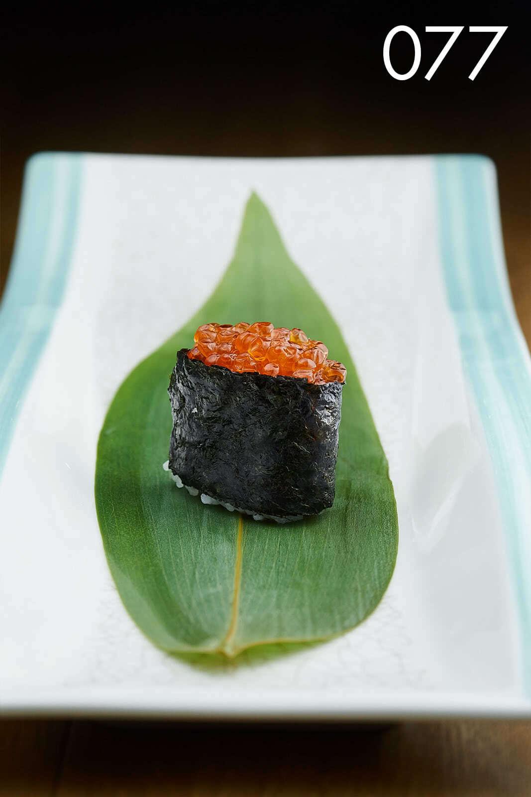 суши гункан с красной икрой в ресторане Веранда