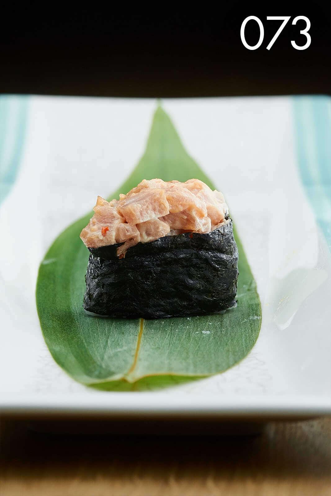 суши гункан с тунцом и спайси в ресторане Веранда