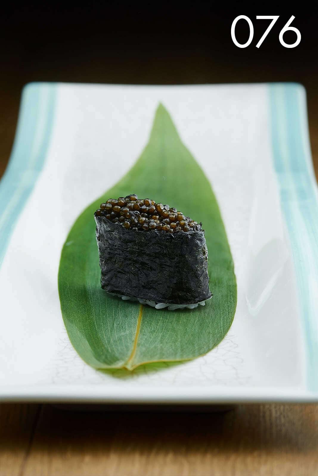 суши гункан с черной икрой в ресторане Веранда