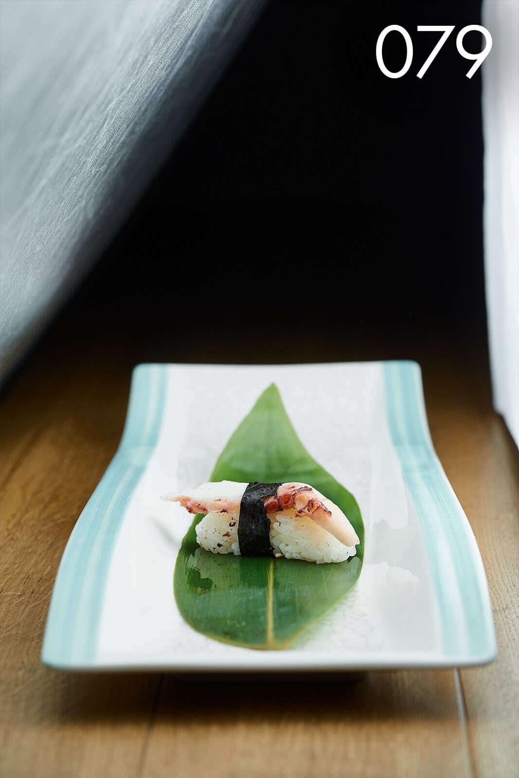 суши нигири с осьминогом в ресторане Веранда