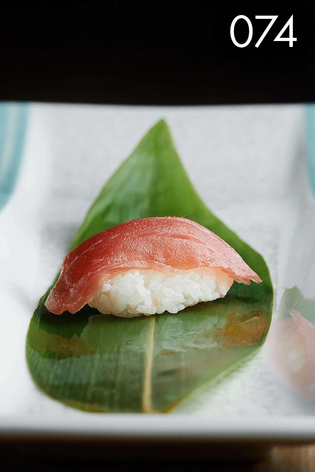 суши нигири с тунцом в ресторане Веранда