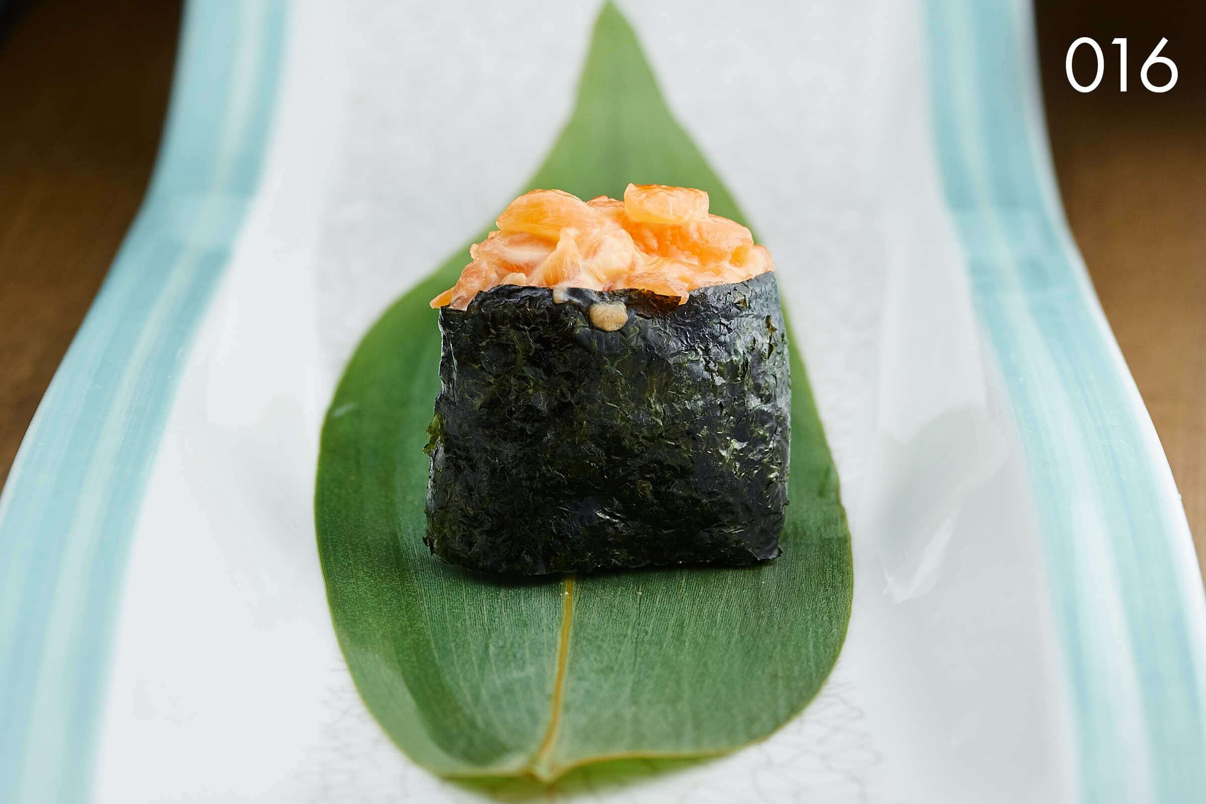 суши гункан с лососем и спайси в ресторане Веранда