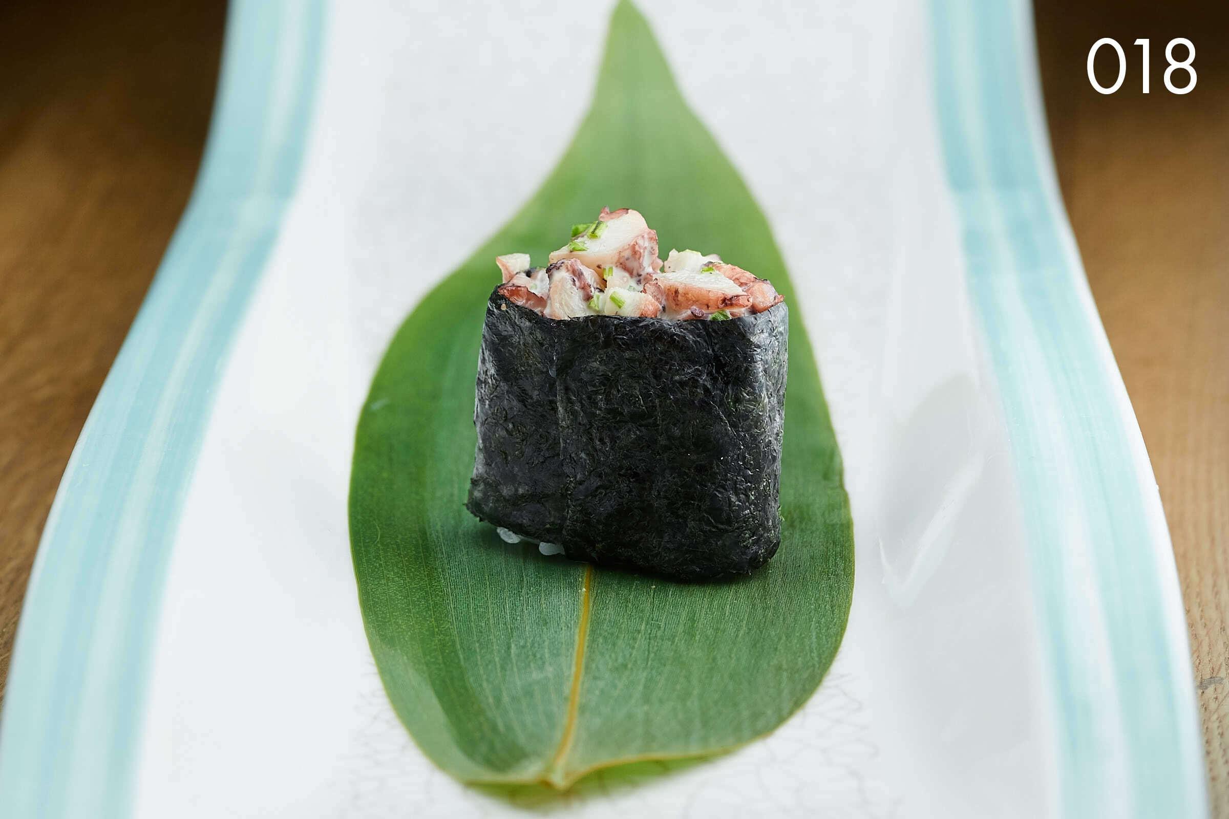 суши гункан с осьминогом и луком в ресторане Веранда