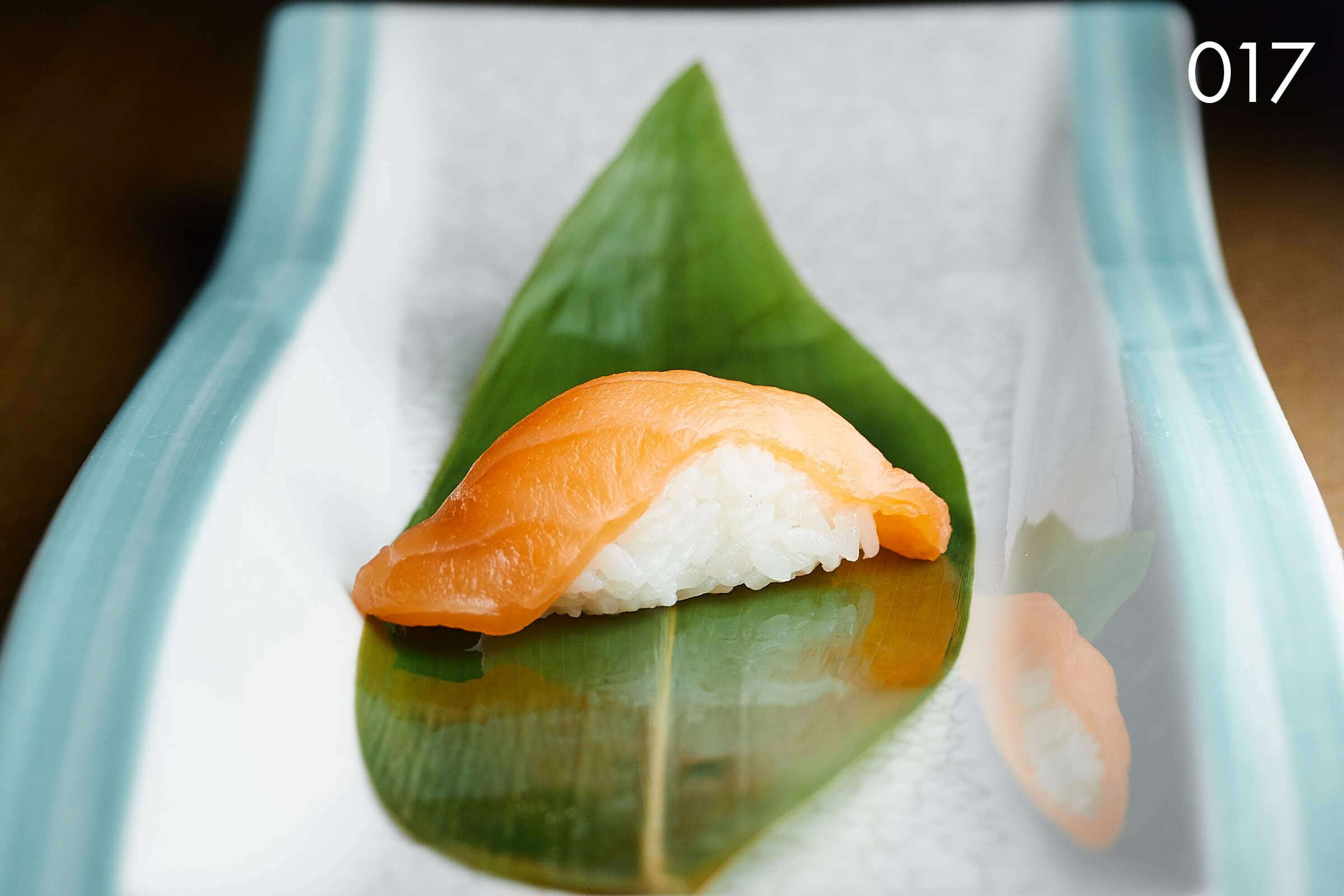 суши нигири с лососем в ресторане Веранда