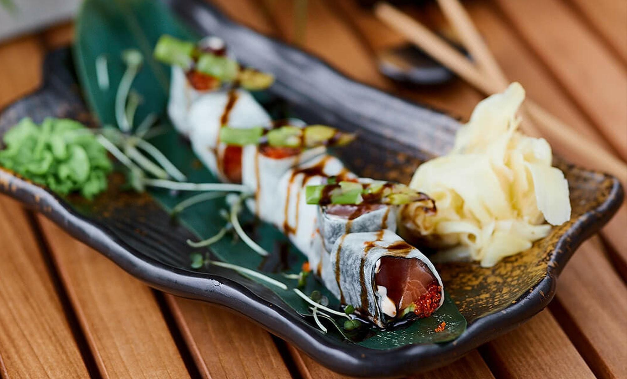 ролл без риса с морепродуктами и спаржей в ресторане Веранда